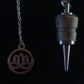 Pendule radiesthésie métal artisanal inox bois flotté ésotérique fait main créateur unique fleur de lotus labradorite