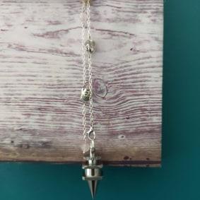Pendule radiesthésie métal artisanal inox ésotérique fait main création unique quartz rose