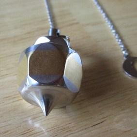 Création et fabrication 100% française de pendules de radiesthésie - Modèle pendule unique inox, laiton breloque Lune
