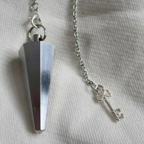 Création et fabrication 100% française de pendules de radiesthésie - Modèle pendule unique - pyramide vibratoire - métal - inox