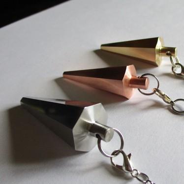 Création et fabrication 100% française de pendules de radiesthésie - Modèle pendule unique - pyramide vibratoire - métal - cuivre inox laiton